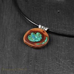 Naszyjnik z drewna śliwy z chryzokolą i zawieszką z oksydowanego srebra